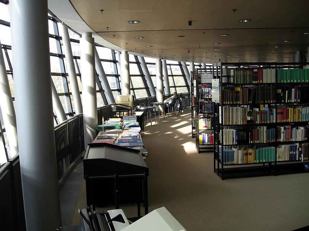 Dortmund, Stadt- und Landesbibliothek, Freihandbereich 1. Stock (Foto von Mathias Bigge - CC BY-SA 2.5)