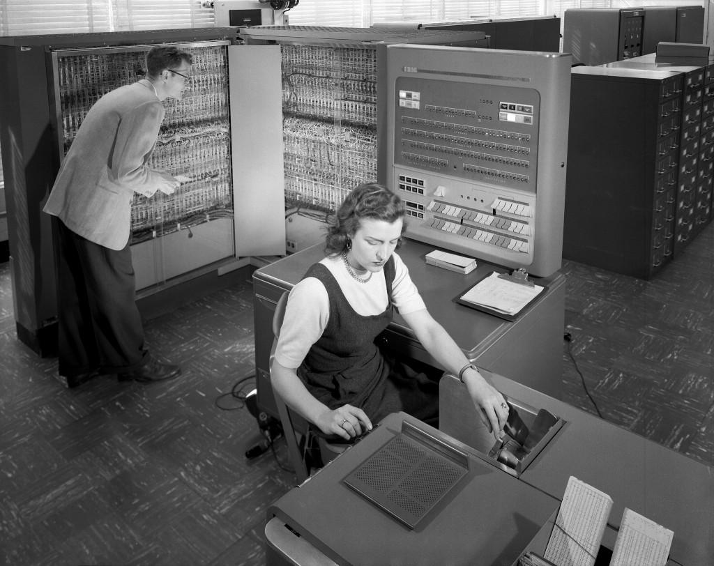 Mann_Frau_alter_Computer